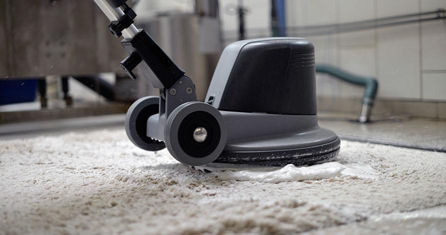 Våtrens av gulvteppe flatt på gulvet. Denne metoden er godt egnet på tepper som tåler kraftig behandling, og gir et meget godt resultat.